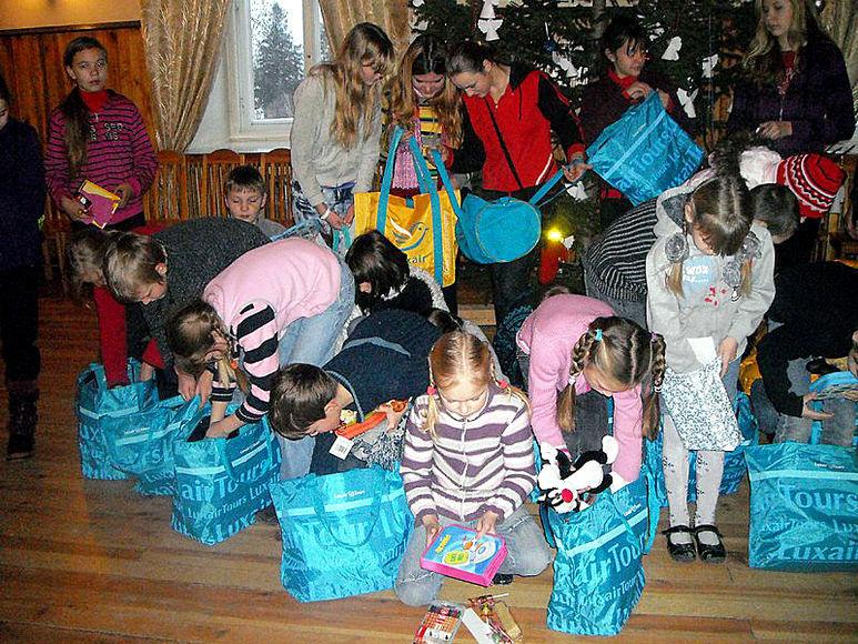 Kinder beim Auspacken der Weihnachtspakete