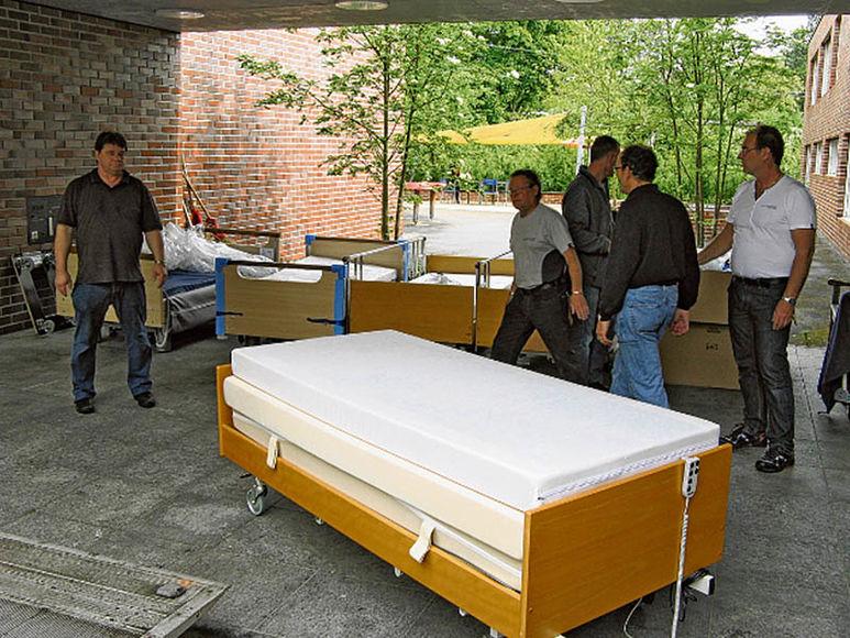 Zum Laden bereitgestellte Spitalbetten