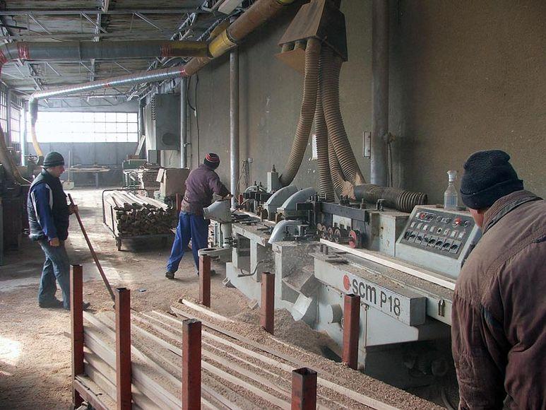 Arbeiter beim Zuschneiden von Holz