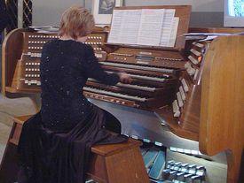 Organistin am Spielen
