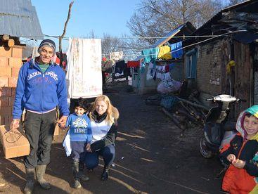 Vater mit Kindern und einem Hilfsgüterpaket