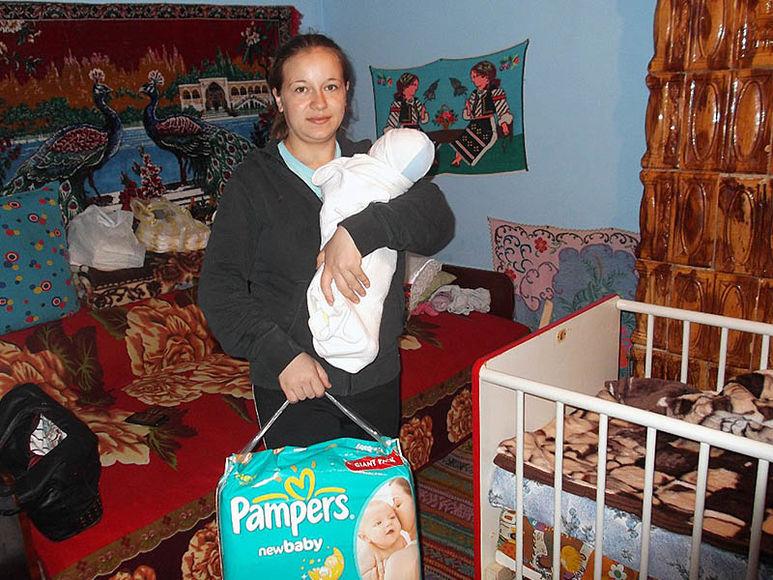 Mutter Viona mit Baby auf dem Arm