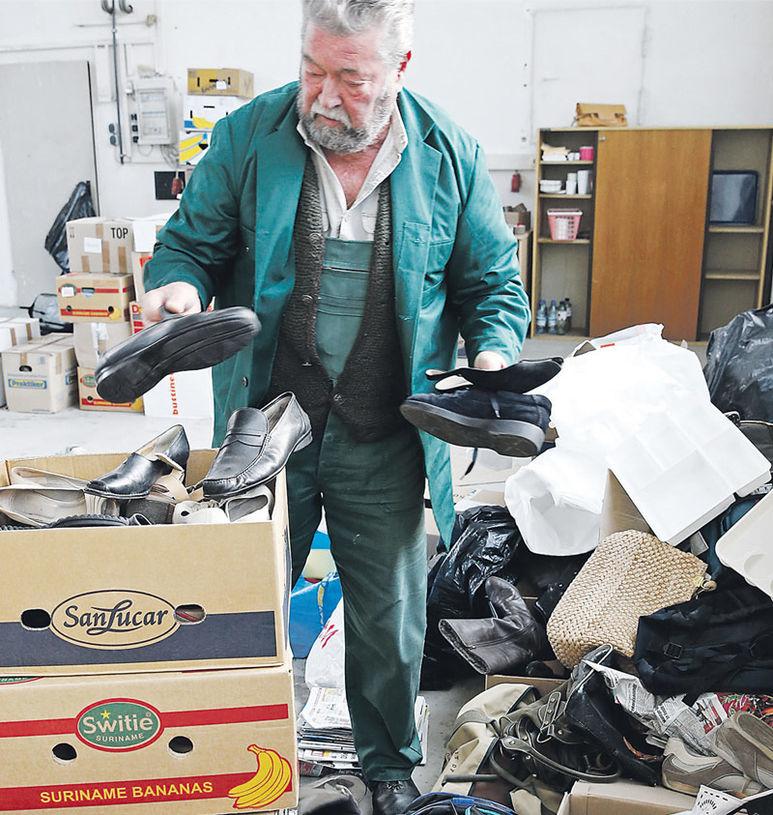 Mann beim Sortieren von Schuhen