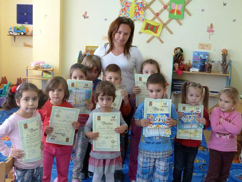 Kinder mit halten Diplome in der Hand