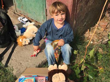 Kind mit Spielsachen