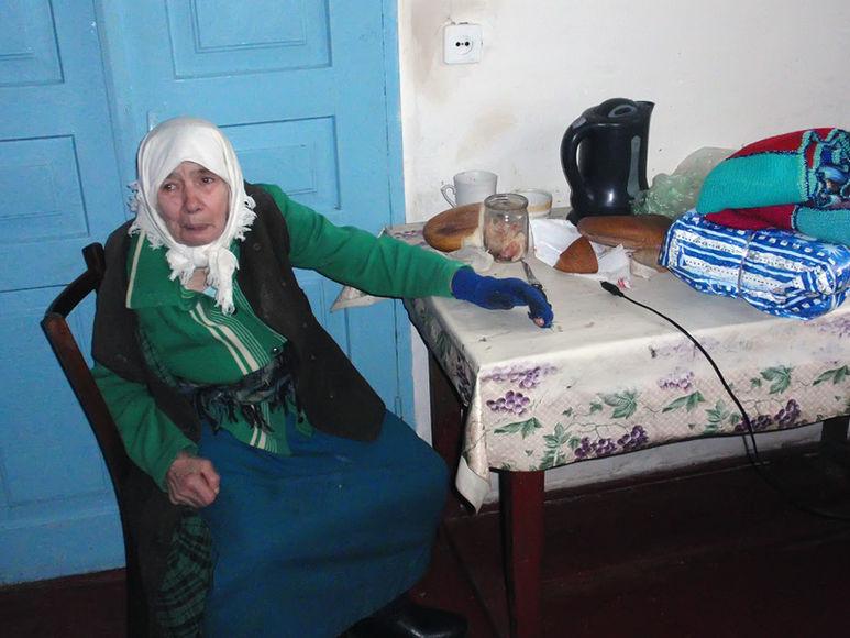 Alte Frau in Ihrer Küche
