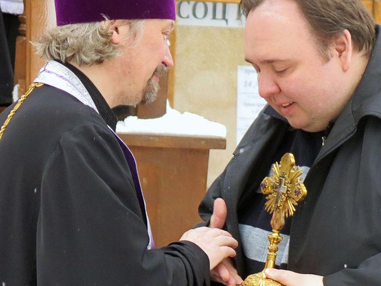 Reliquienübergabe an einen Priester