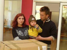 Mutter mit Kind erhält ein Hilfspaket