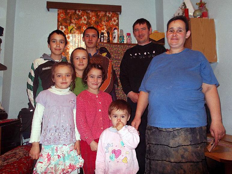 Mutter Jana mit ihren 7 Kindern