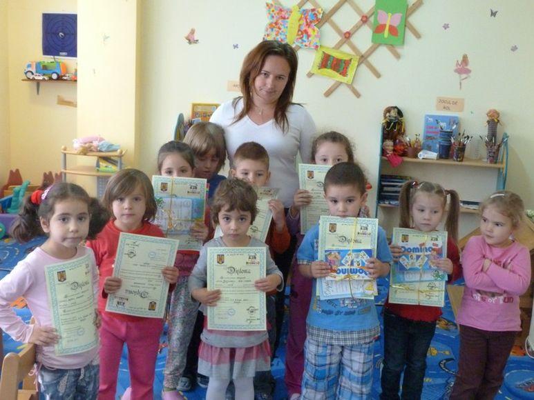 Kinder halten Diplome in der Hand