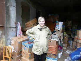Frau beim Ordnen der Hilfsgüter
