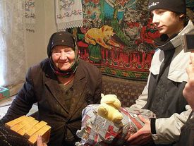 Alte Frau erhält Hilfgüter