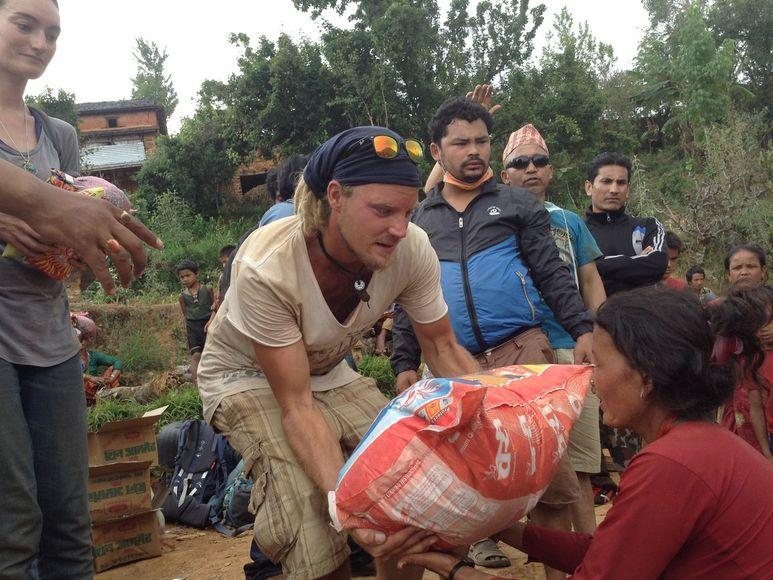 Übergabe eines Reissacks an eine Frau