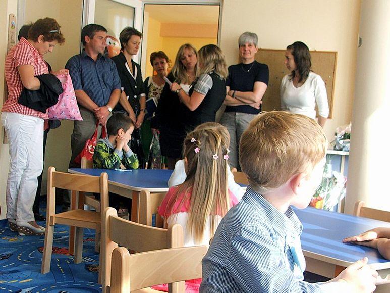 Gäste und Kinder in den neuen Räumlichkeiten