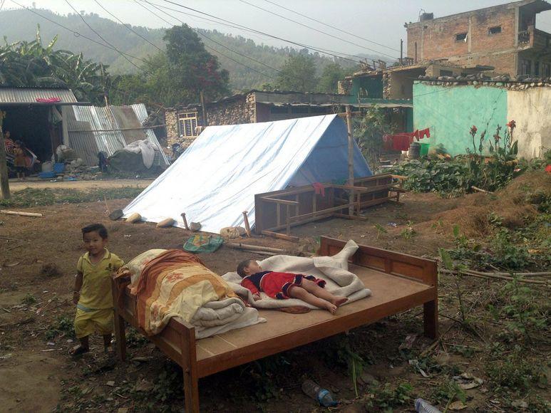 Kinder und ein altes Holzbett