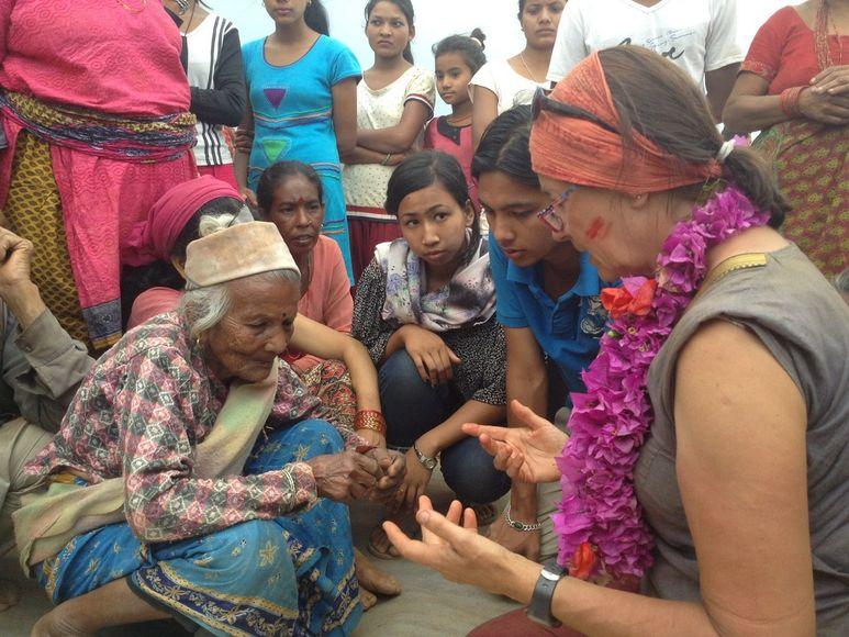 Krankenschwester Therese hilft alter Frau