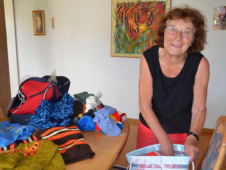 Lydia Grod beim Einpacken von Kleidern