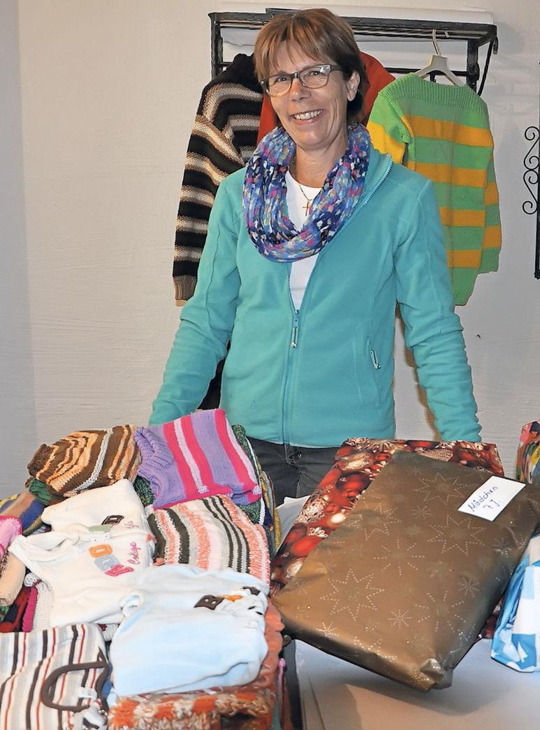 Trudi Widmer mit den von ihr gestrickten Kleidern