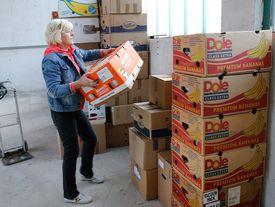 Frau beim stapeln der Hilfsgüter