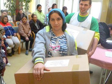 Frau mit Hilfsgüterpaket