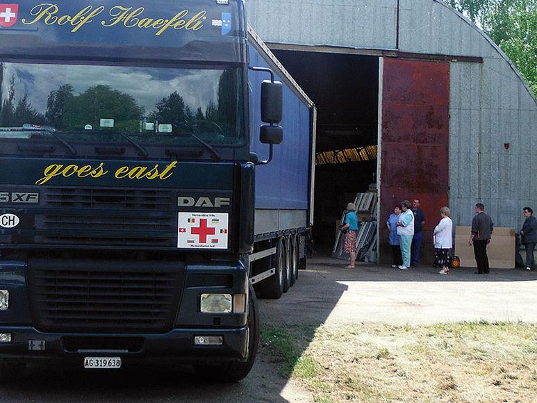 Lastwagen vor Hangar