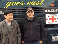 Zwei Lastwagenchauffeure vor ihrem Lastwagen