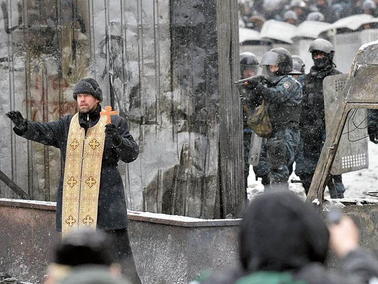Priester betet zu den Leuten