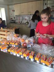 Mädchen beim Zusammenstellen der Nahrungsmittel
