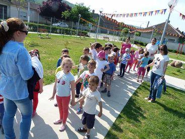 Kinder beim Einstellen in Zweierkolonne