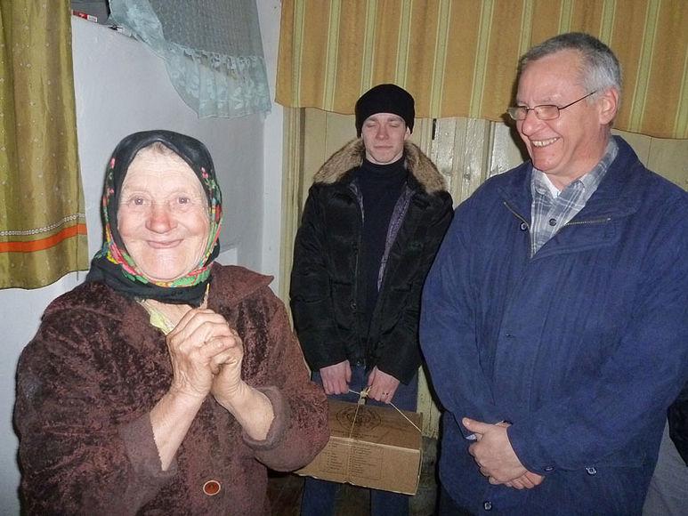 Altere Frau im Gespräch mit Br. Bruno