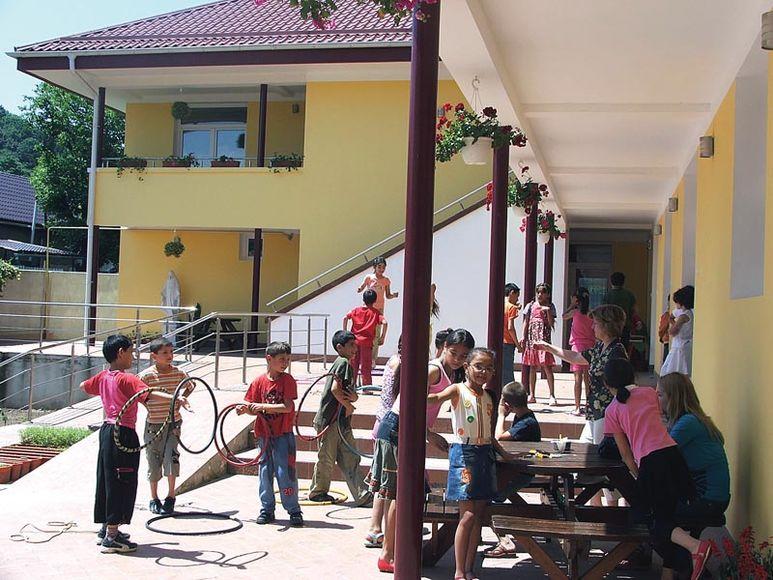 Kinder beim Spielen im Aussenbereich des Zentrums