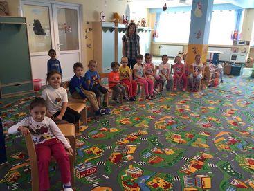 Kinder auf Ihren Stühlen im Kindergarten
