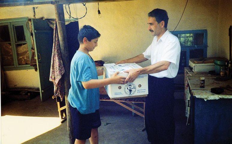 Übergabe eines Hilfgüterpaketes
