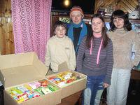 Familie mit Lebensmittelpaketen