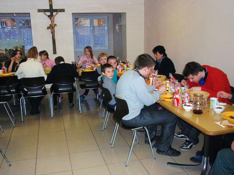 Kinder beim Essen im Kinderzentrum