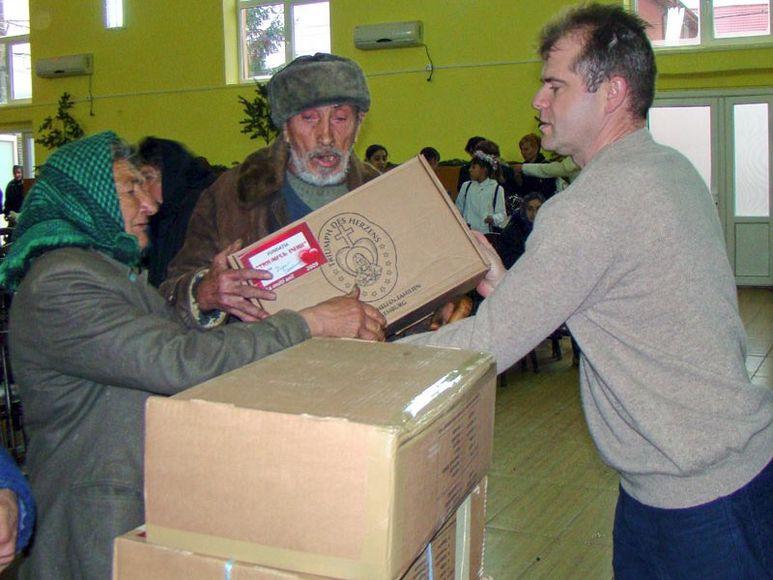 èbrgabe von Hilfspaketen an ältere Menschen