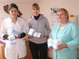 Krankenschwestern mit Medikamentenpackungen