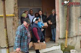 Bewohner von Bocsa mit Hilfspaketen