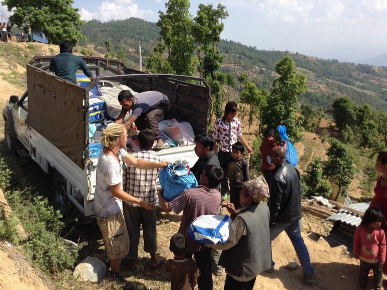 Menschen bringen Hilfsgüter