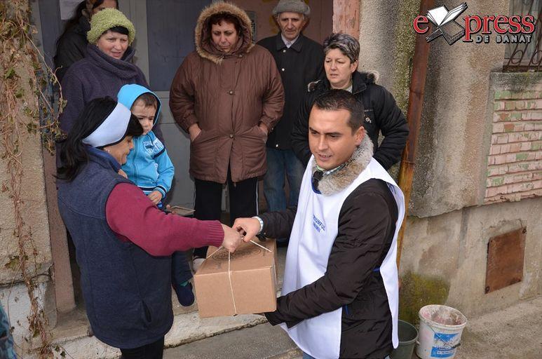 Übergabe eines Hilfspakets an eine Familie