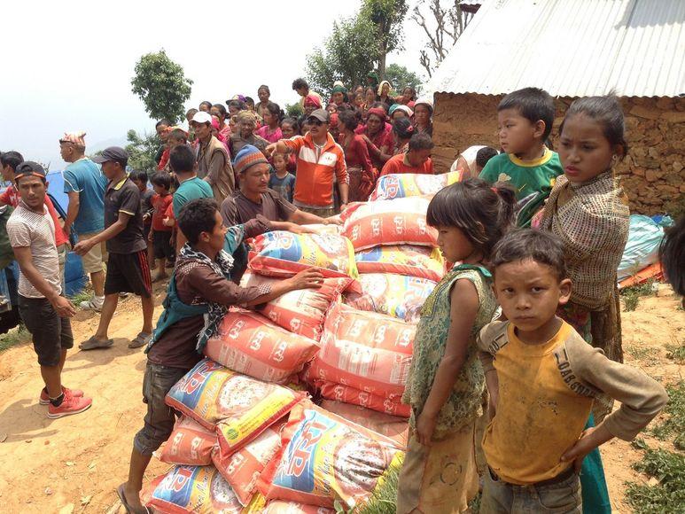 Stapeln der Reissäcke im Dorf