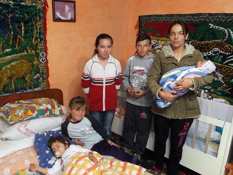 Mutter Marcella mit fünf Kindern