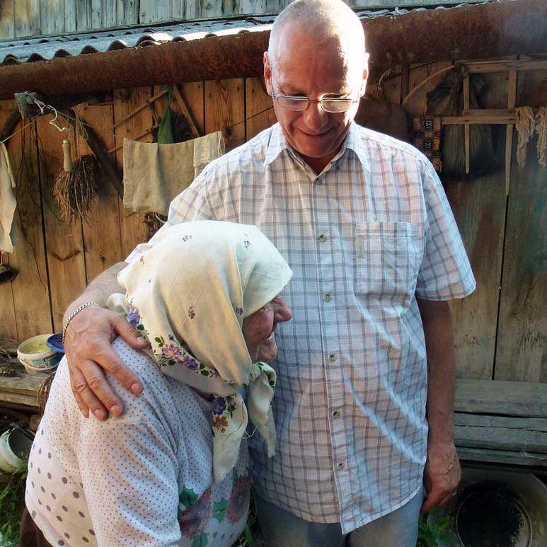 Bruder Bruno hilft alter Frau