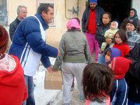 Helfer beim Verteilen von Hilfsgütern