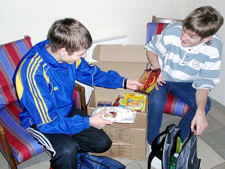 Kinder beim Auspacken eines Lebensmittelpaketes
