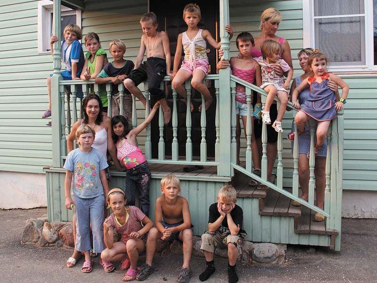 Kinder auf Treppengeländer