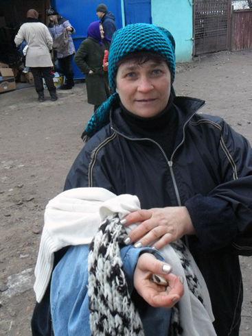Frau mit Kleidungsstücken auf dem Arm