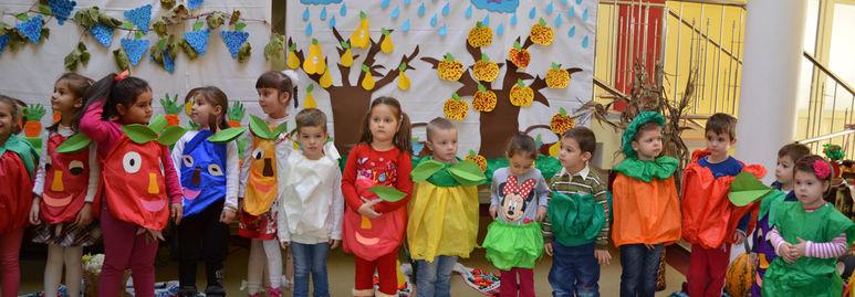Kinder in lustigen Kostümen