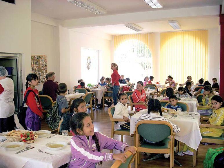 Kinder im Speisesaal des Zentrums