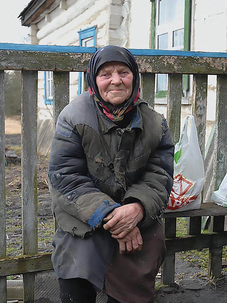 Ältere Frau in der Sperrzone